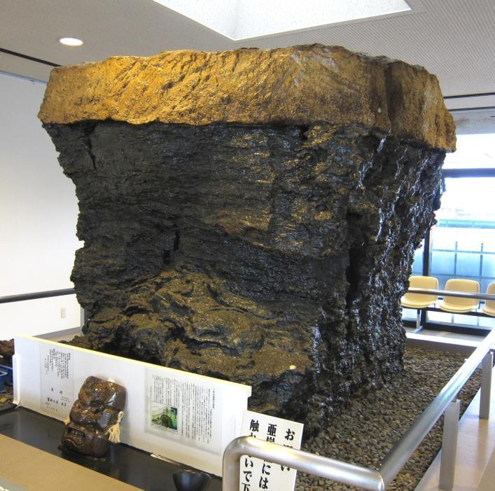 Десятитонный кусок бурого угля в Музее бурого угля в Японии
