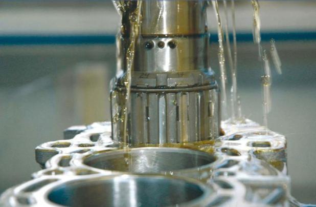 Применение масла для охлаждения деталей при расточке цилиндров в блоке двигателя