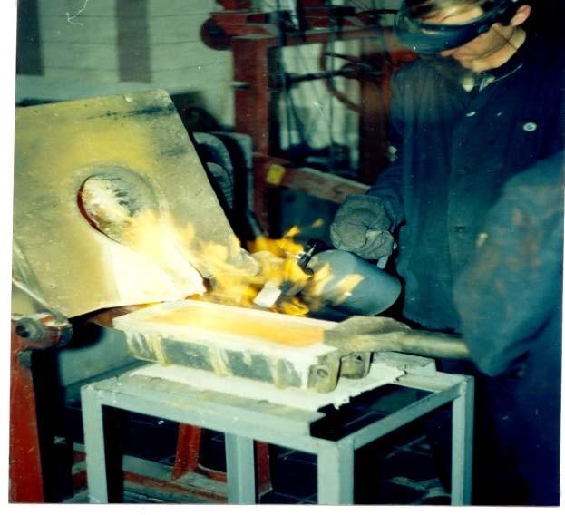Процесс разливки аффинированного серебра, из тигельной индукционной печи