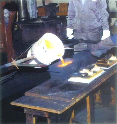 Разливка платины в слитки на медеплавильном заводе (г. Кыштым, Россия).
