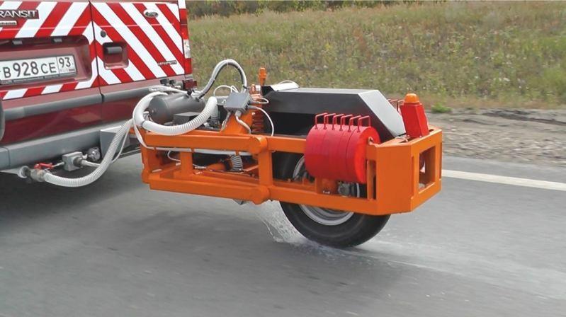 Полив покрытия водой и блокировка колеса