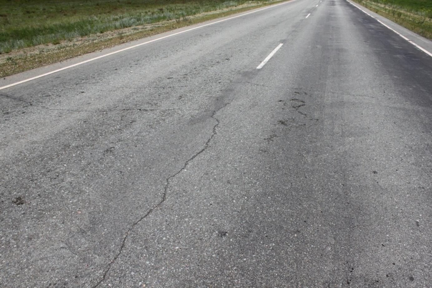 Продольная центральная (осевая) трещина на асфальтовой дороге