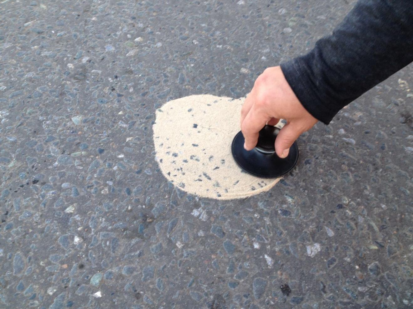 Распределение песка штампом в форму круга