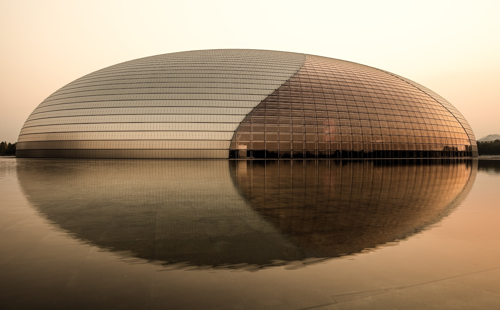 Стеклянный купол Национального театра в Пекине, покрытый пленкойдиоксида титана