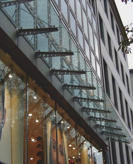 Фрагмент витрины с козырьком из стекла