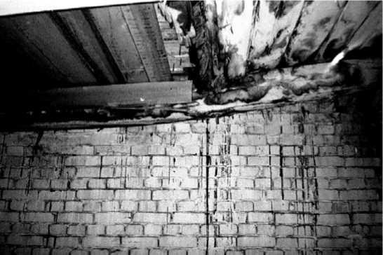 Гниение и излом деревянных конструкций у торцовых стен зданий