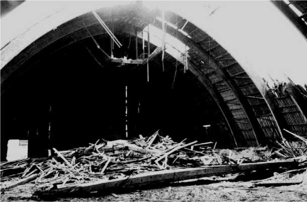 Общий вид склада из клееных деревянных конструкций после аварии из-за сверхнормативной односторонней снеговой нагрузки