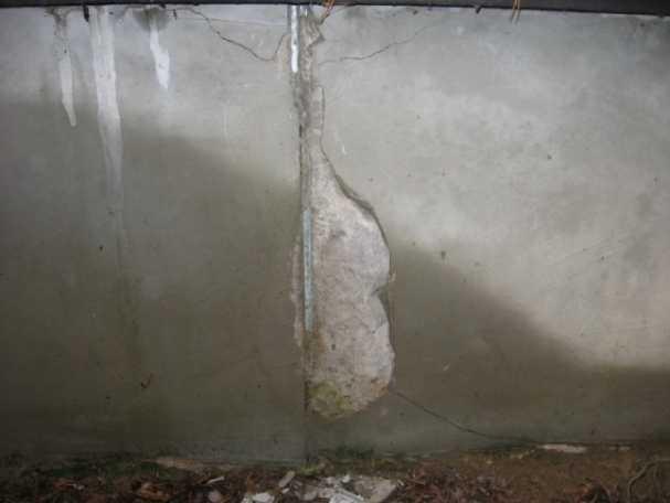 Разрушение стен подвала вследствие систематических протечек