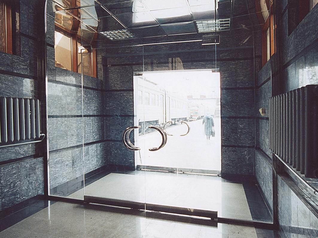 решение интерьера входной группы с использованием стеклянных дверей