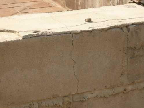 Сквозная трещина в цокольной стене здания