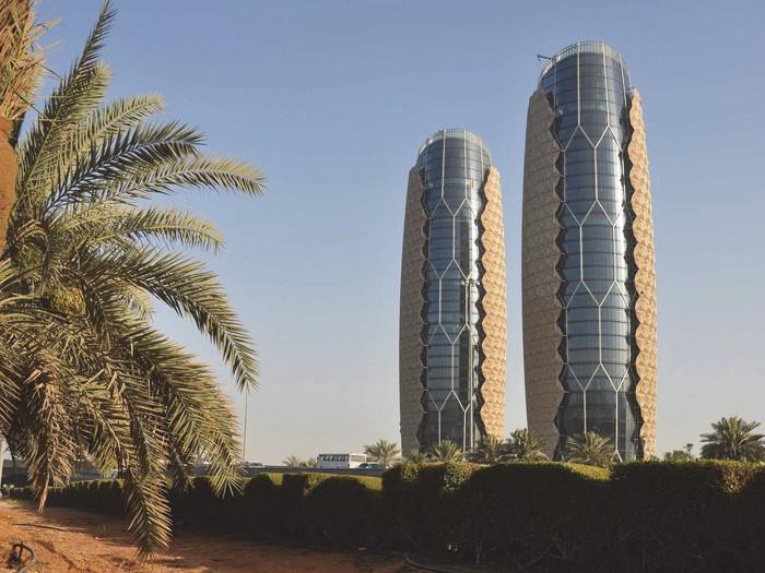 Солнечные батареи как фасад здания Al Bahar Towers в Абу-Даби