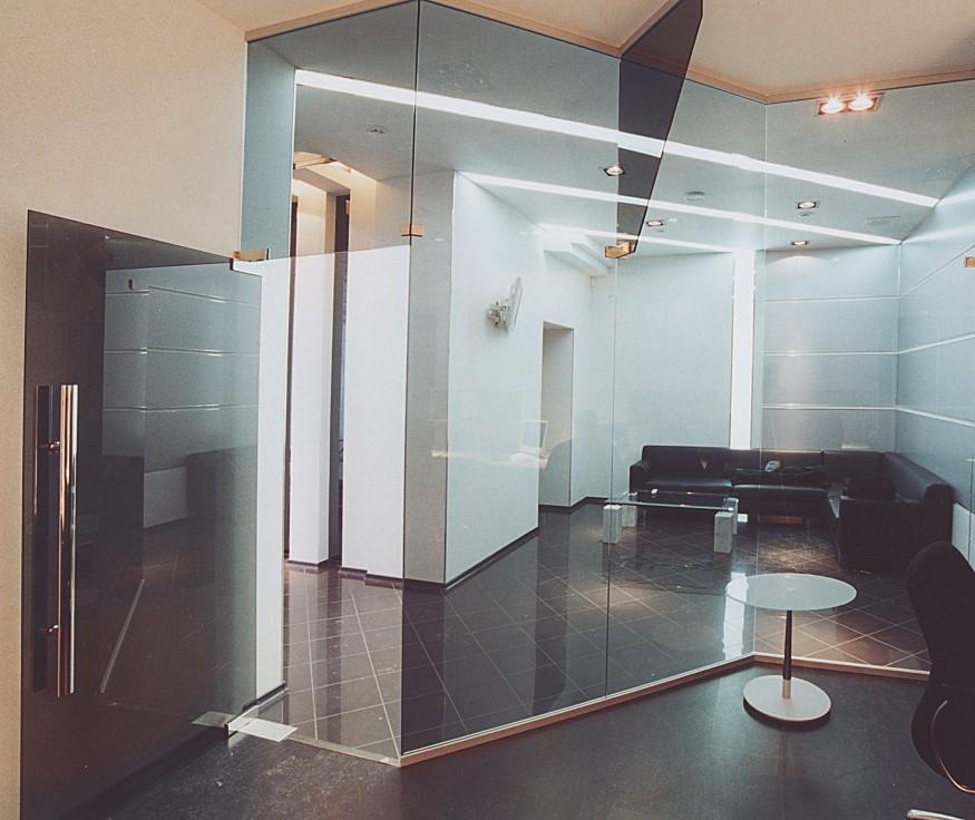 стеклянные конструкции стены в интерьере