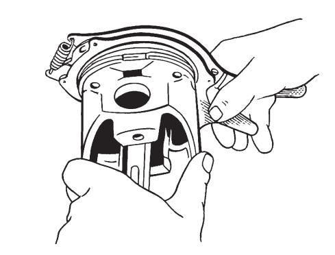 Установка поршневых колец с помощью специального приспособления