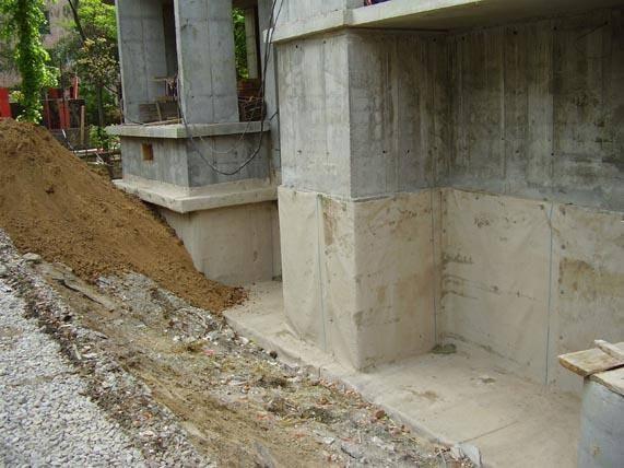 Объекты с нанесенной гидроизоляционной смесью в цокольной части здания