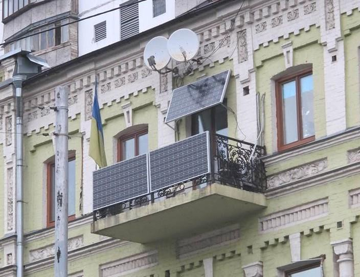 балкон жилого дома с установленными солнечными батареями
