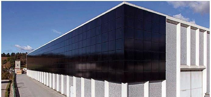 фасад жилого дома с установленными солнечными батареями