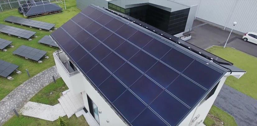 Крыши жилых домов с установленными солнечными батареями