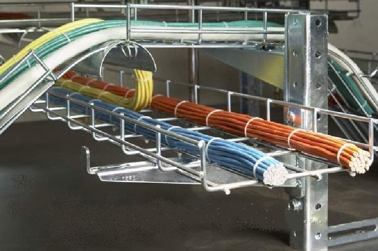 Открыто проложенные кабели на лотках