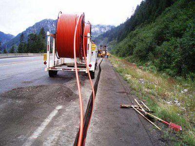 Прокладка кабелей в траншеях с кабельных барабанов