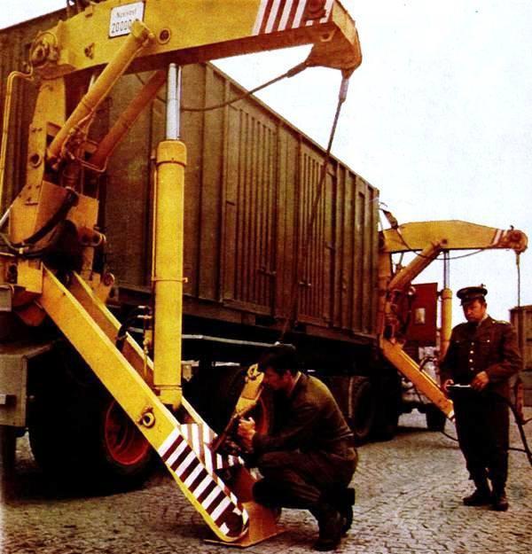 Полуприцеп-контейнеровоз с грузоподъемным устройством