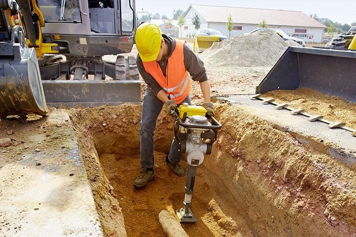 уплотнение грунта с использованием вибротрамбовки