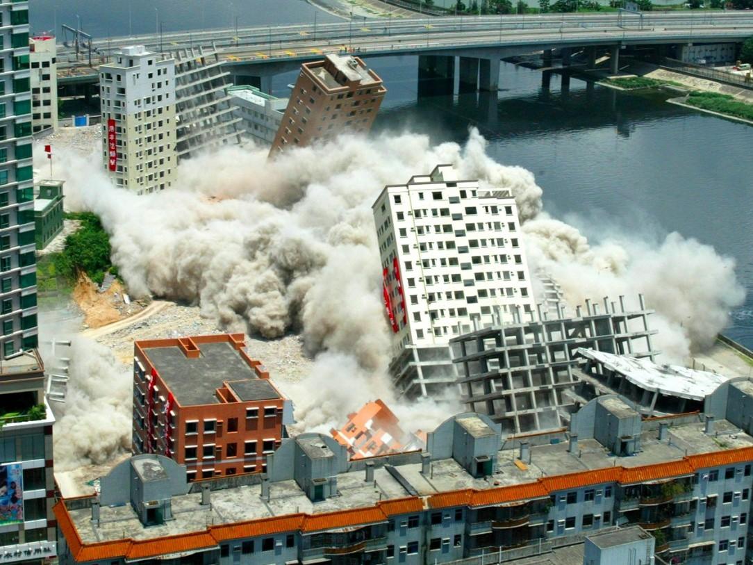 Взрывные работы при сносе строений